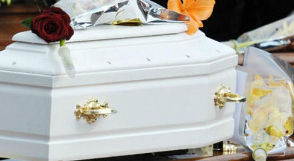 Neonato muore in ospedale, i genitori scoprono che dentro la bara c'è solo immondizia