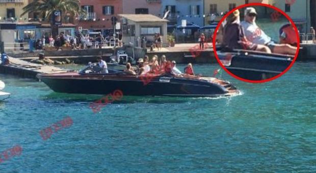 Richard Gere, dopo l'aiuto ai migranti relax su motoscafo di lusso e sexy