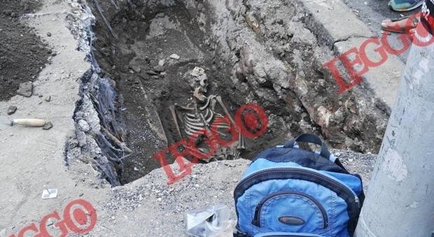 Roma choc, scheletro trovato davanti all'uscita della stazione della metro Piramide