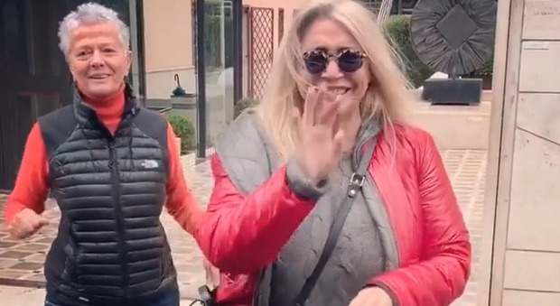 Mara Venier: «Due dita steccate, ma a Domenica In ci sarò. Damose na' grattata». Incidente in casa