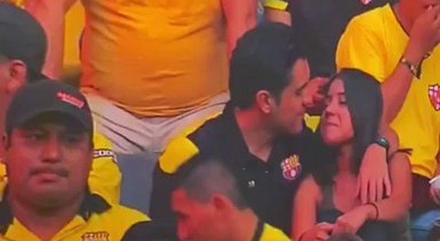 Tradisce la moglie allo stadio, beccato dalla televisione. Il video è virale