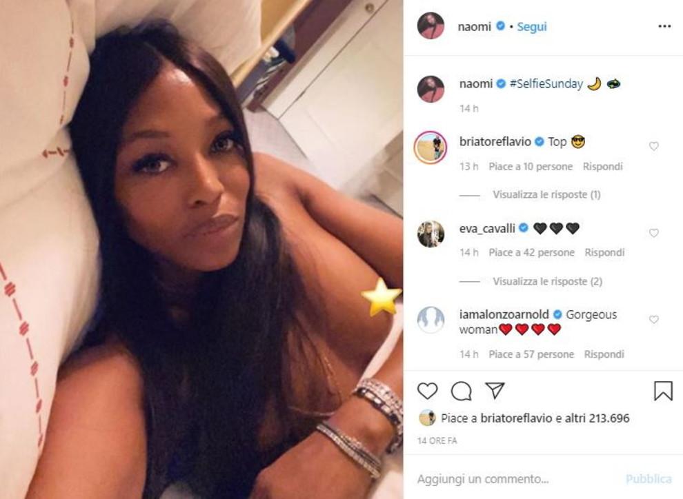 """Naomi in topless scatta un selfie notturno. Briatore replica: """"Top�"""