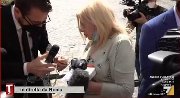 Sandra Milo si incatena davanti a Palazzo Chigi e viene ricevuta da Conte: «Difenda il mondo dello spettacolo»