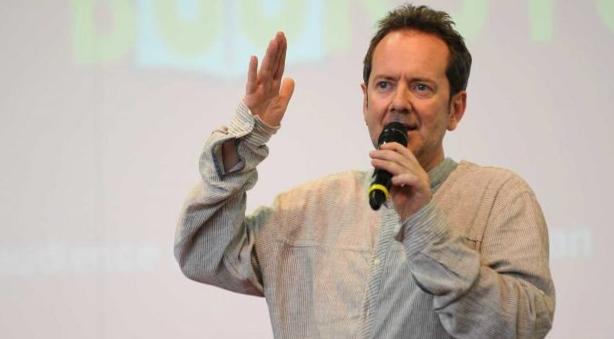 John Peter Sloan morto a 51 anni, il comico insegnante d'inglese che divenne volto di Zelig