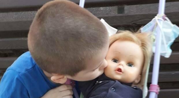 Bambino di 6 anni viene ripreso perché gioca con una bambola, lui replica: «Sono il papà, mica la mamma»
