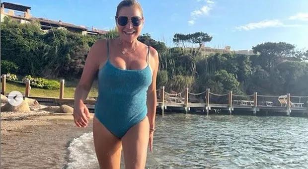 Simona Ventura, prova in costume superata in vacanza: «Che ne dite del risultato?»
