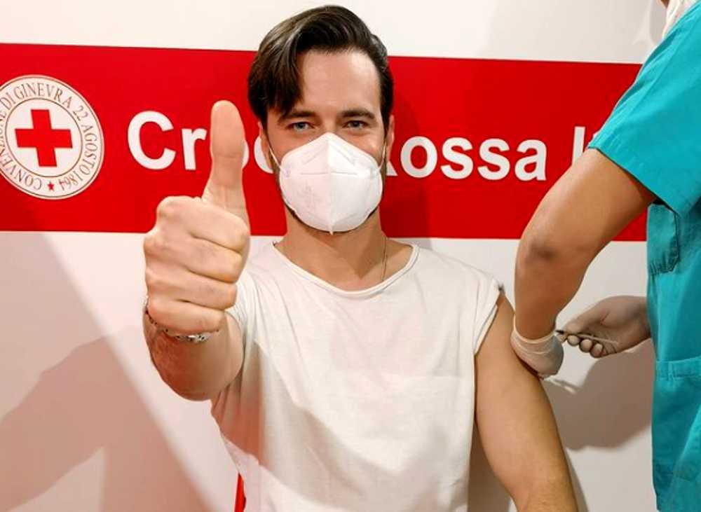 Giulio Berruti si è vaccinato bufera sui social