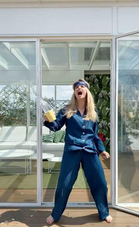 Michelle Hunziker siparietto in pigiama per dare il buongiorno