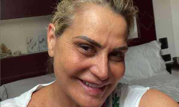 Simona Ventura pubblica un selfie appena sveglia critiche dal web