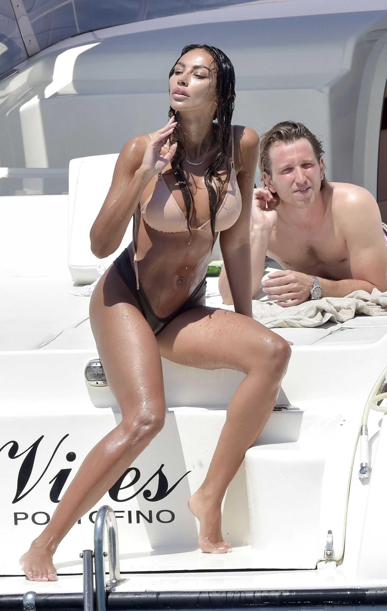 Madalina Ghenea una dea in bikini a Portofino