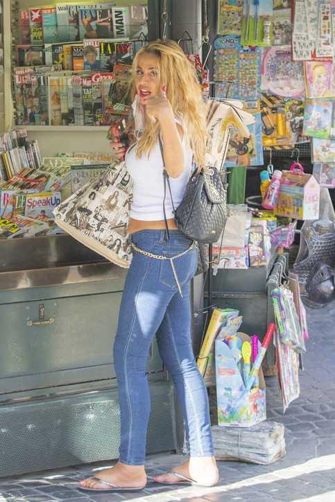 Valeria Marini fa shopping a Roma e sfoggia un fisico da capogiro