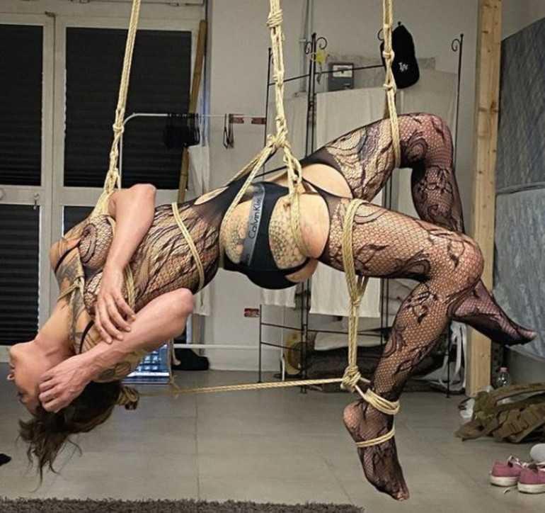 Asia Argento mezza nuda e legata in versione bondage