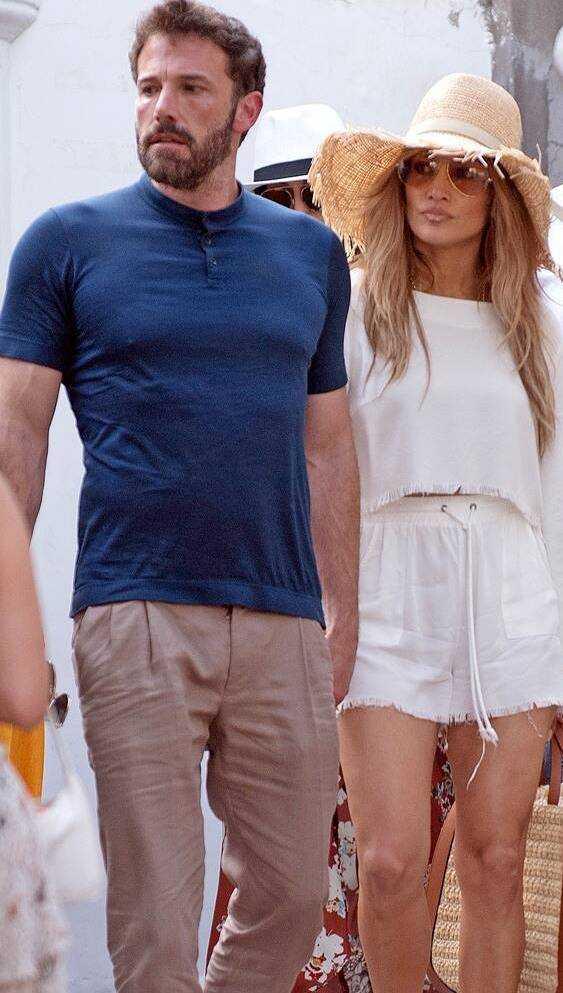 Jennifer Lopez e Ben Affleck sbarcano a Capri tra pplausi e selfie per le vie del centro