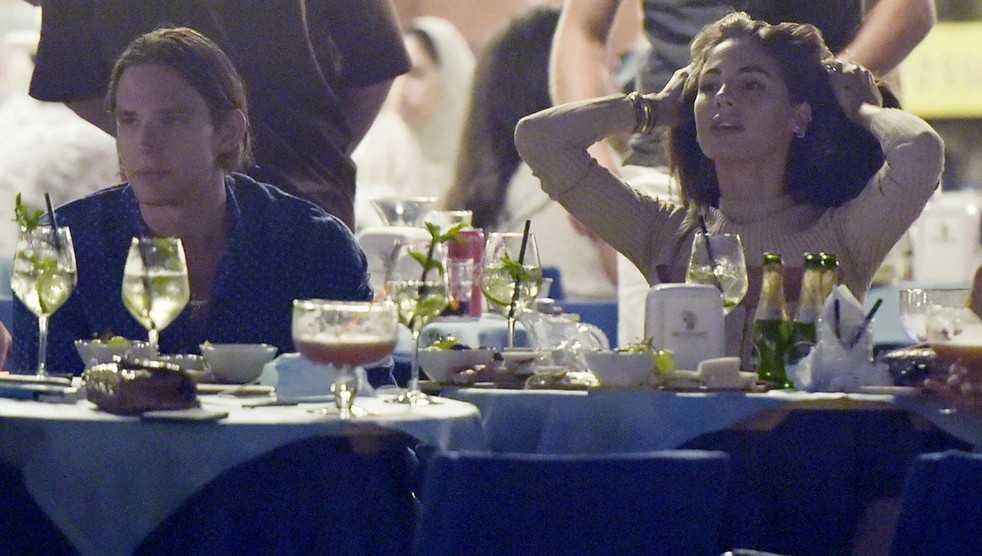 Giulia De Lellis a Portofino fa aperitivo in piazzetta con il fidanzato Carlo e amici