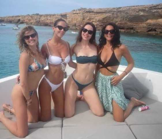 Aurora Ramazzotti è in vacanza con le amiche tra spensieratezza e relax