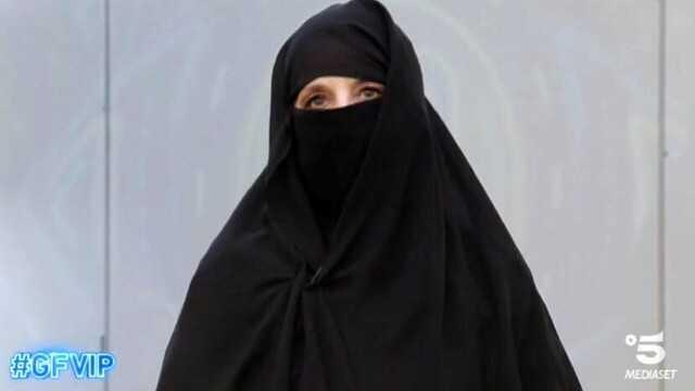 GF Vip Jo Squillo mantiene la promessa e ha indossato il burqa
