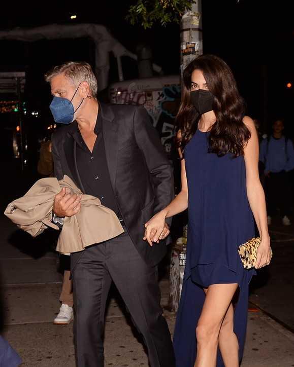 George Clooney Amal Alamuddin mano nella mano mentre vanno a cena al ristorante