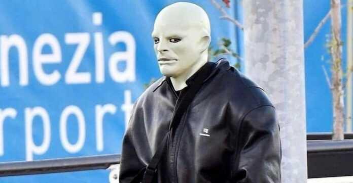 Kanye West arriva all'aeroporto di Venezia con una maschera molto inquietante