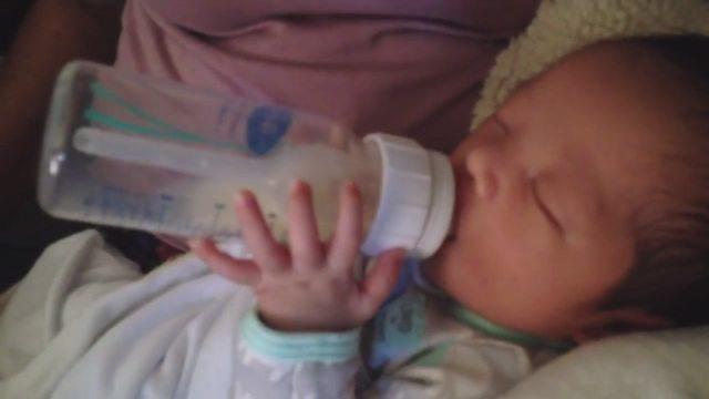 Regno Unito, bimbo di 18 giorni tiene in mano da solo il biberon