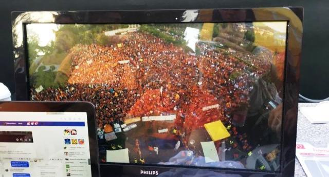 LA GRANDE CENSURA - Tutti i Tg hanno dato ampio risalto ai 2000 in piazza per la manifestazione animalista della Brambilla. Non una parola invece, niente di niente, per i 40.000 (QUARANTAMILA) in piazza a Pesaro contro i vaccini! QUESTO È FASCISMO!