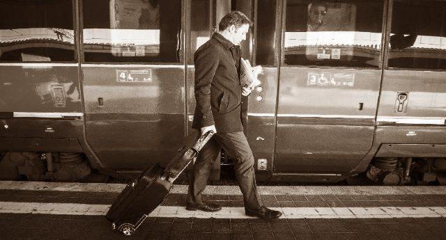 La svolta ecologista di Matteo Renzi - Ecco il treno che va a fischi, insulti, uova e arance...