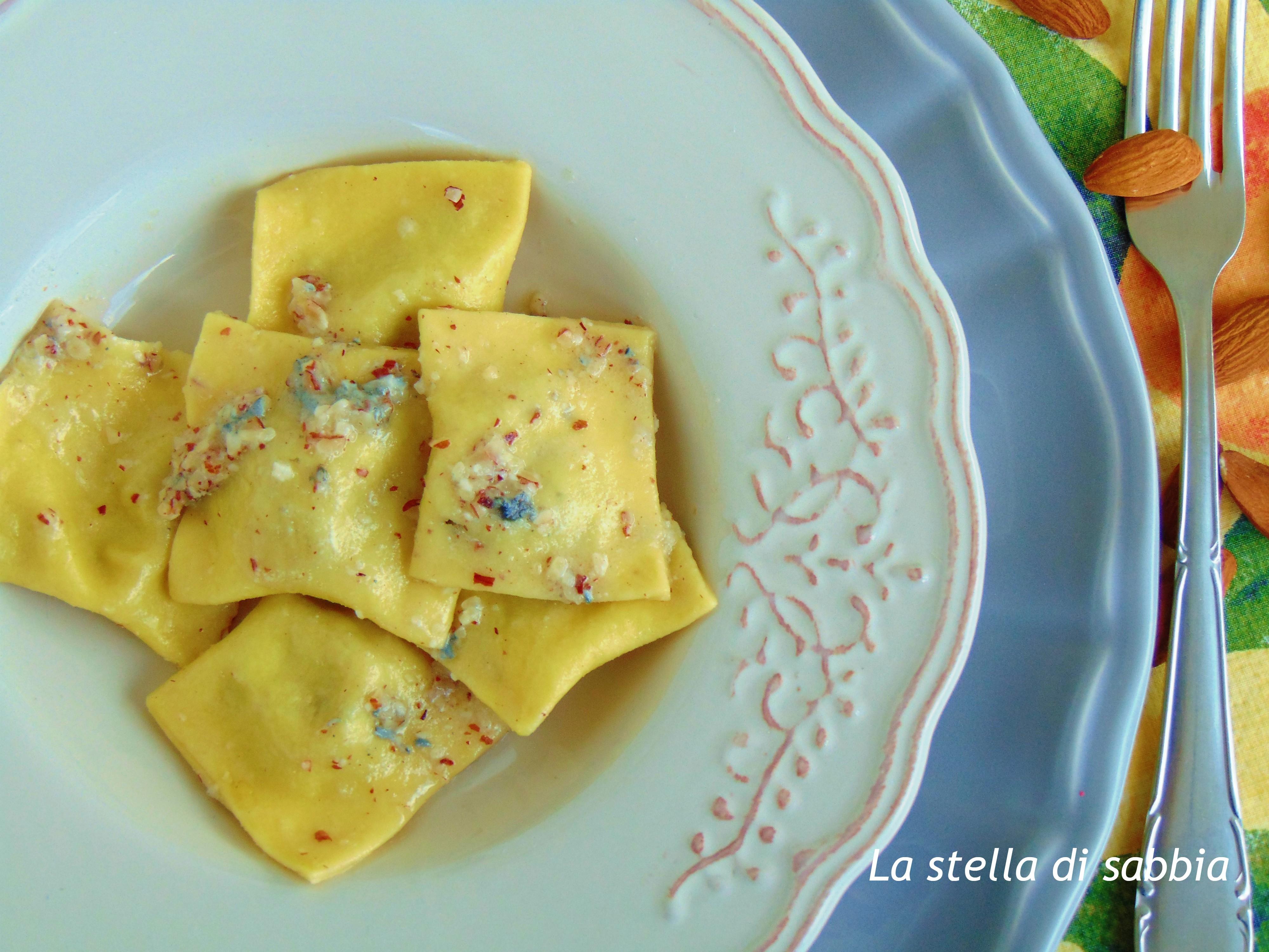 Ravioli con mandorle e gorgonzola