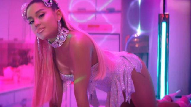 Ariana Grande tra Champagne e mise sexy fa baldoria con le amiche