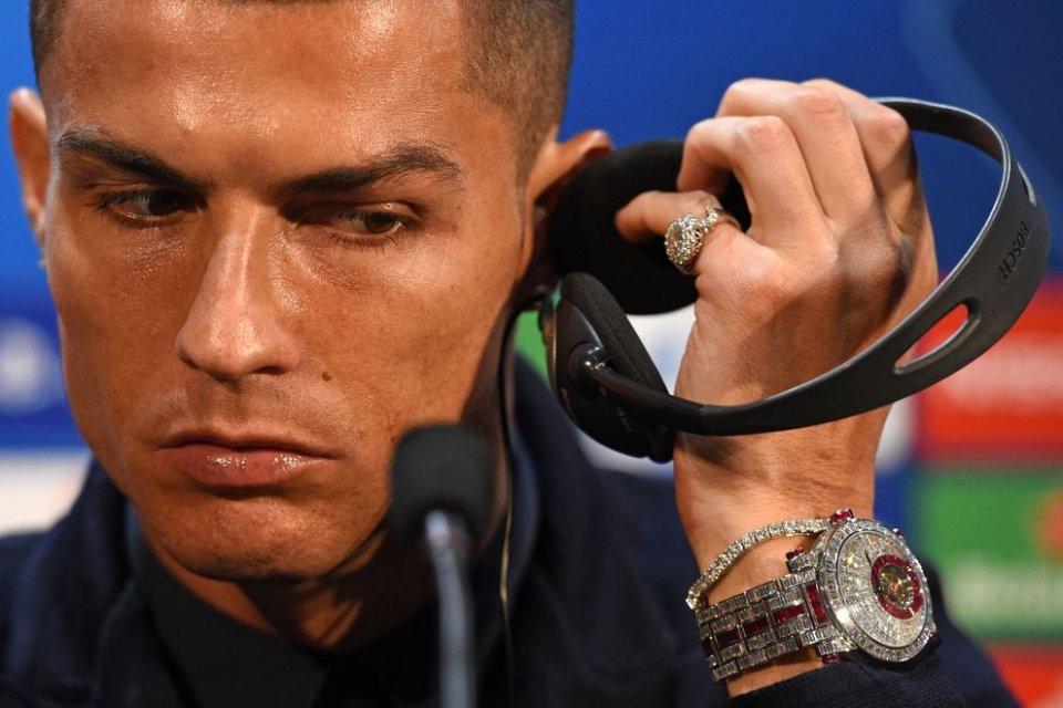 Cristiano Ronaldo sfoggia un'orologio di diamanti ecco quanto vale