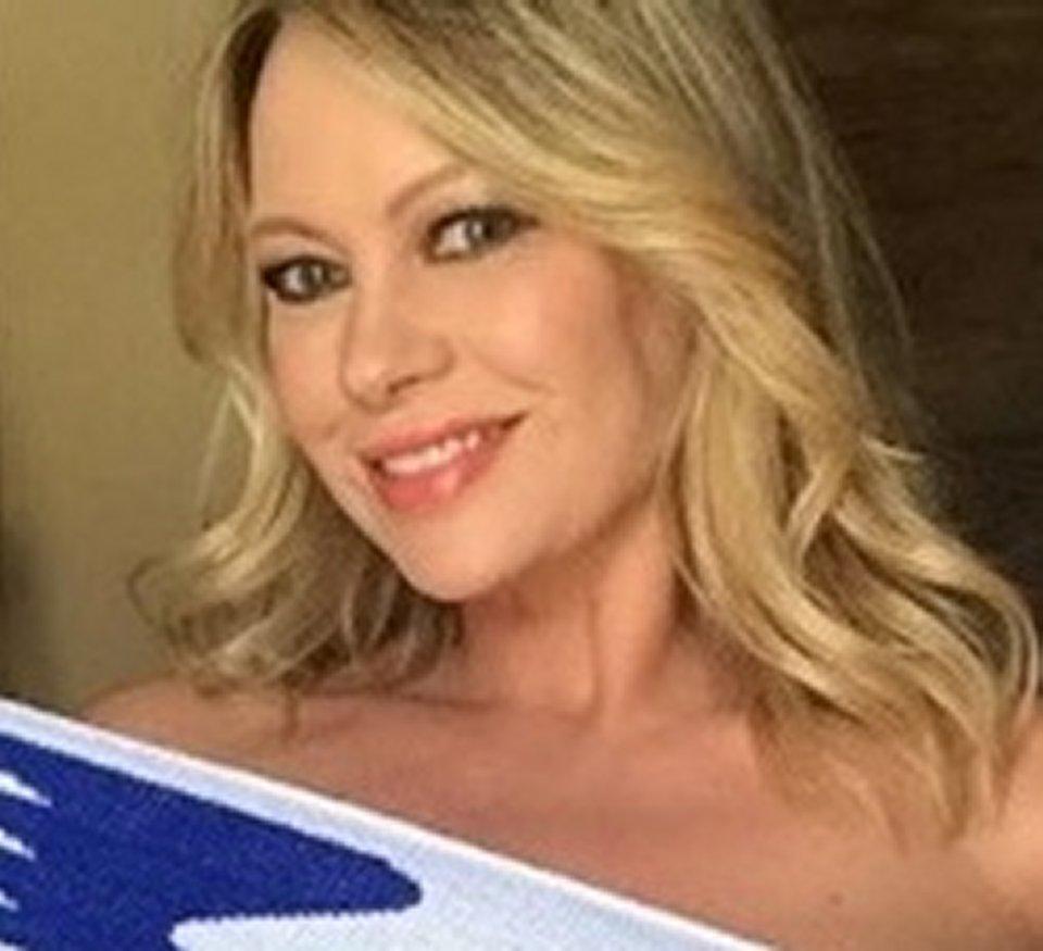 Anna Falchi festeggia la vittoria della Lazio coperta solo da una sciarpa
