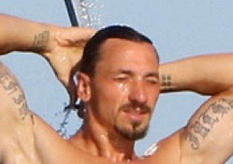 Zlatan Ibrahimovic in vacanza in barca mostra i muscoli e non rinuncia agli allenamenti