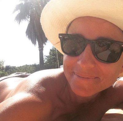 Camila Raznovich in topless in spiaggia