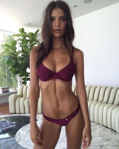 Emily Ratajkowski curve sexy in bikini a Santorini