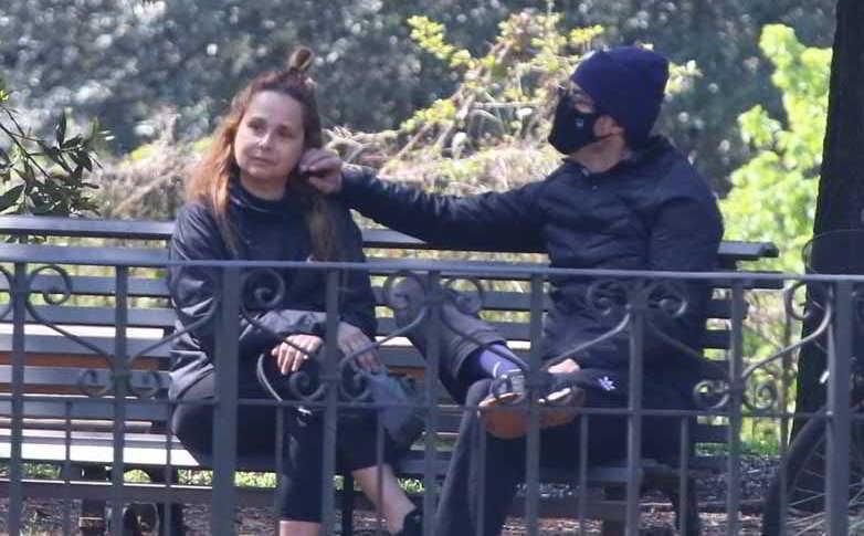 Alessandro Gassmann con la moglie Sabrina Knaflitz, relax al parco… ma pochi sorrisi!