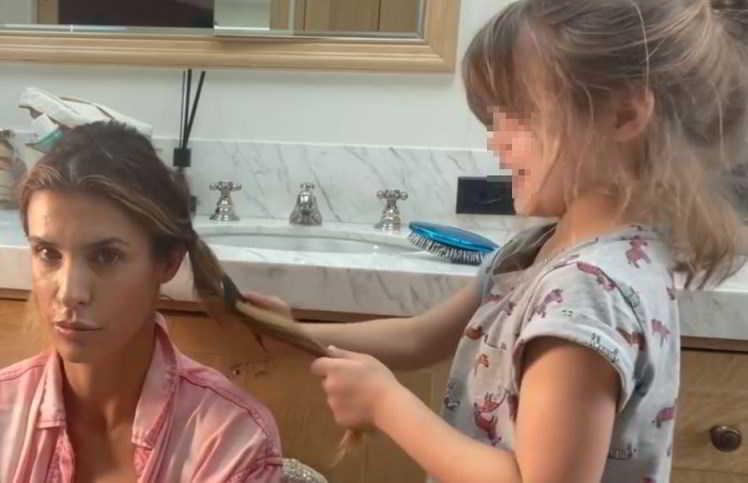 Elisabetta Canalis affida il trucco alla figlia Skyler