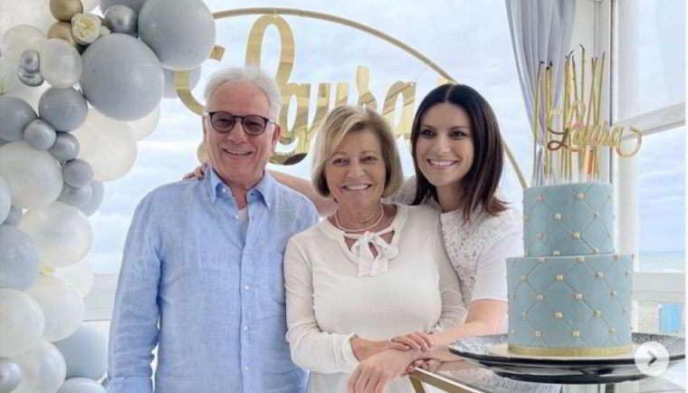 Laura Pausini, festa in famiglia per i 47 anni