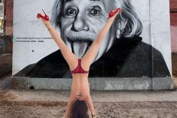 Naike Rivelli, perizoma e tacchi a spillo per fare yoga
