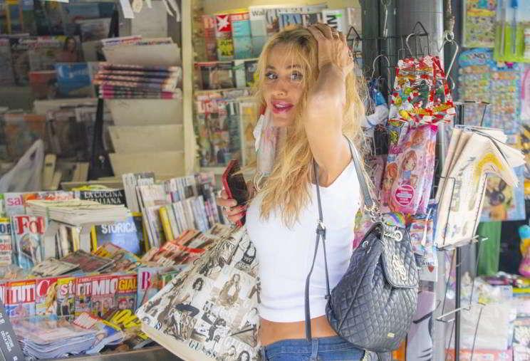 Valeria Marini fa shopping a Roma, in gran forma