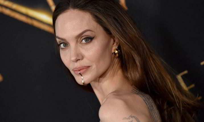 Angelina Jolie mostra il chin cuff, l'insolito gioiello da mento