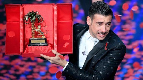 Sanremo 2017, Francesco Gabbani travolge tutti e trionfa al Festival