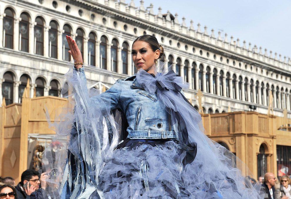 Carnevale, il volo dell'aquila di Melissa Satta. In 50mila in Piazza San Marco -Foto