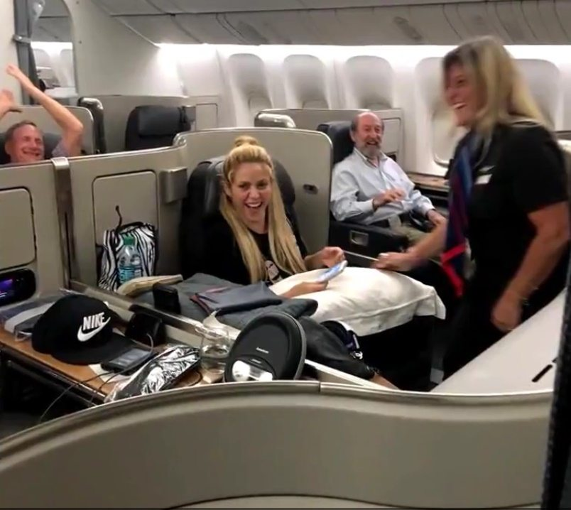 Shakira e Piqué in aereo, l'omaggio dell'hostess li sorprende