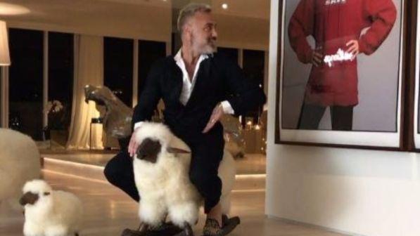 Gianluca Vacchi, che show: cavalca la sua pecora e si scatena in un balletto con sp0gliarell0