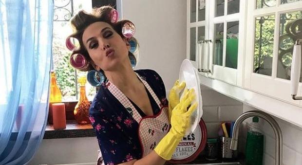 Barbara D'Urso e la foto in versione casalinga, boom di critiche: «Ma come li lavi i piatti?»