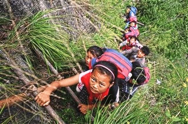 Scolari cinesi scalano scogliera di 800 metri per andare a scuola