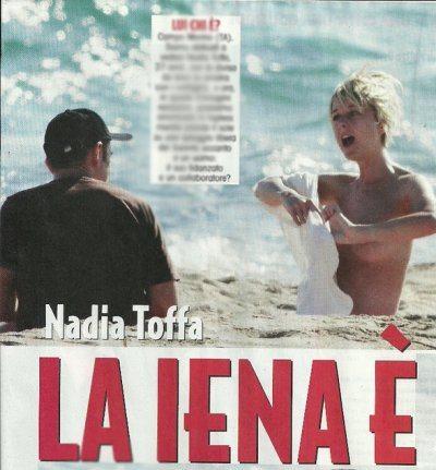 Nadia Toffa in topless al mare con un'amico misterioso