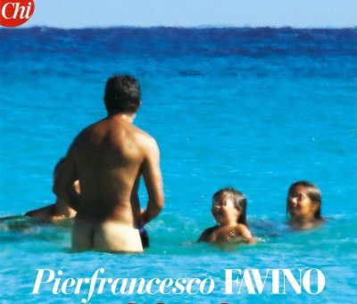 Pierfrancesco Favino nudo in spiaggia a Formentera