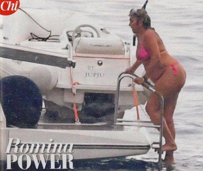 Romina Power curve morbide in bikini