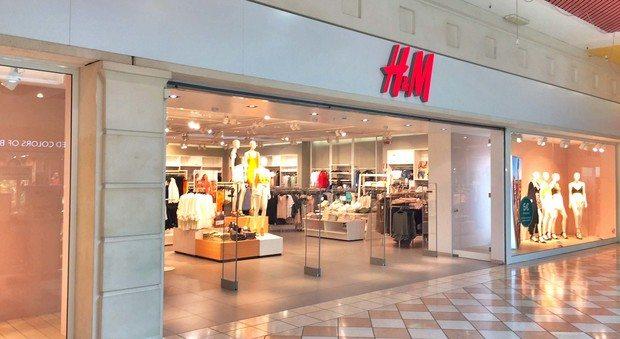 Il fatturato è insoddisfacente, H&M chiude e lascia a casa i dipendenti