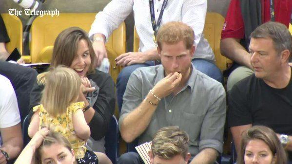Il principe Harry è davvero irresistibile, ma non per il suo fascino. Siparietto imperdibile