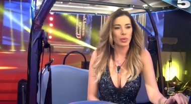 Aida Yespica riabbraccia Geppy, ma perde al televoto con Daniele Bossari
